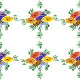 Nahtloses Muster von Grünblättern und von hellen Blumen auf einem weißen Hintergrund geometrisch Lizenzfreies Stockfoto