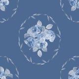 Nahtloses Muster von kleinen blauen Blumen und von Blättern im Rahmen auf einem tiefen blauen Hintergrund watercolor Stockbild