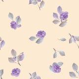 Nahtloses Muster von kleinen violetten Blumen und von Grau verlässt auf einem hellen beige Hintergrund watercolor Stockfotografie