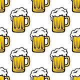Nahtloses Muster von Krügen mit schaumigem Bier Stockfoto