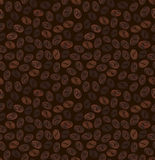 Nahtloses Muster von Körnern des Kaffees auf einem dunkelbraunen Hintergrund Stockbilder