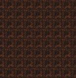 Nahtloses Muster von Körnern des Kaffees auf einem dunklen Hintergrund Lizenzfreie Stockfotos