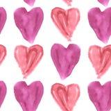 Nahtloses Muster von purpurroten und rosa Aquarellherzen auf einem weißen Hintergrund Stockbild