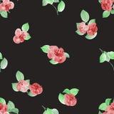 Nahtloses Muster von roten Blumen und von Grün verlässt auf dem schwarzen Hintergrund watercolor Stockbilder