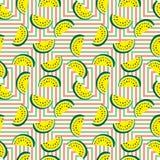 Nahtloses Muster von saftigen Scheiben der gelben Wassermelone und der farbigen geometrischen Quadrate Konzept hallo des Sommers Lizenzfreie Stockfotos