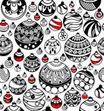 Nahtloses Muster von Weihnachtsbällen mit roten Akzenten auf dem Weiß stockfotografie