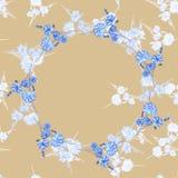 Nahtloses Muster von wilden kleinen weißen Blumen mit blauem mit BlumenKranz auf einem beige Hintergrund watercolor Lizenzfreies Stockfoto