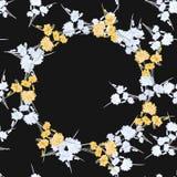 Nahtloses Muster von wilden kleinen weißen Blumen mit gelbem mit BlumenKranz auf einem schwarzen Hintergrund watercolor Stockbilder