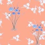 Nahtloses Muster von wilden kleinen weißen Blumensträußen und von zwei blauen Blumen der Büsche auf einem rosa Hintergrund waterc Lizenzfreie Stockfotografie