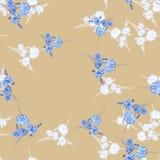 Nahtloses Muster von wilden kleinen weißen und blauen Blumen und von Blumenstrauß auf einem beige Hintergrund watercolor Lizenzfreie Stockfotos
