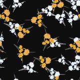 Nahtloses Muster von wilden kleinen weißen und gelben Blumen und von Blumensträußen auf dem schwarzen Hintergrund watercolor Stockfoto