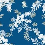 Nahtloses Muster von zwei blühenden Frühlingsniederlassungen mit weißen Blumen und Graublättern auf einem blauen Hintergrund wate Lizenzfreie Stockfotos