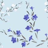 Nahtloses Muster waite und blaue Blumen auf einem hellblauen Hintergrund Stockfoto