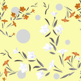 Nahtloses Muster waite und orange Blumen auf einem Zitronen- Hintergrund Stockfotografie