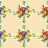 Nahtloses Musteraquarell von Grünblättern und von hellen Blumen auf einem beige Hintergrund geometrisch Lizenzfreie Stockfotos