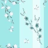 Nahtloses Musteraquarell von weißen und blauen Blumen auf einem blauen Hintergrund mit vertikalen Streifen Lizenzfreie Stockfotos