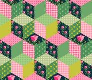 Nahtloses Patchworkmuster mit den grünen, rosa und Blumenflecken Stockfoto