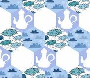 Nahtloses Patchworkmuster mit Teekannen und Wolken in den blauen Tönen Lizenzfreie Stockbilder