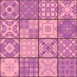 Nahtloses Patchworkmuster von den quadratischen Flecken in den purpurroten Tönen Lizenzfreie Stockbilder