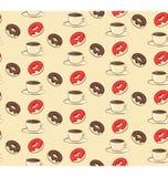 Nahtloses süßes Muster mit Schaumgummiringen und Tasse Kaffee auf Beige Stockbild