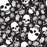 Nahtloses Schwarzweiss-Muster mit Blumen und den Schädeln Schwarzer Hintergrund Stockfotografie