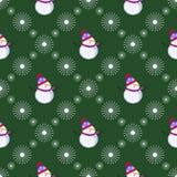 Nahtloses vektormuster Dunkelgrüner Hintergrund des Winters mit symmetrischen weißen Schneemännern und Schneeflocken Lizenzfreies Stockfoto
