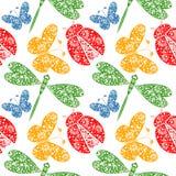 Nahtloses Vektormuster mit Insekten, symmetrischer Hintergrund mit dekorativen Libellen, Marienkäfer und butterlies, Lizenzfreies Stockfoto