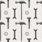 Nahtloses Vektormuster mit Werkzeugen Symmetrischer Hintergrund mit Hämmern, Schrauben, Nüssen und Schlüsseln auf dem grauen Hint Lizenzfreie Stockfotografie