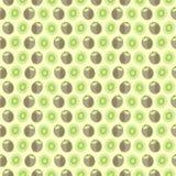 Nahtloses Vektormuster, symmetrischer Hintergrund der Matte mit Elementen der Kiwi, ganz und des Schnittes, über hellgelbem Hinte Stockfoto