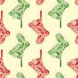 Nahtloses Weihnachtsmuster mit dem Hängen der Sankt-Socke Stockfotos