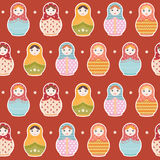 Nahtloses wiederholendes Muster russischer Puppe Matryoshka auf rotem Hintergrund - vector Illustration Lizenzfreies Stockbild