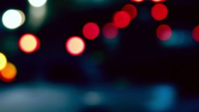 Nahverkehr Nacht de-fokussierter Schuss Colorized, Weinlese tont Hauptverkehrszeit Runde metallische Knöpfe stock video