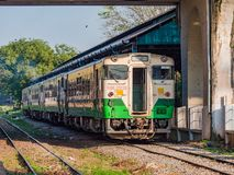 Nahverkehrszug an zentralem Bahnhof Ranguns Stockbild