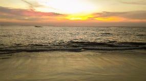 Nai Yang Beach med solnedgång arkivbilder
