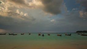 Nai yang van het de bootpark van de strandzonsondergang de tijdspanne van de het panorama4k tijd phuket Thailand stock videobeelden