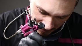 nailfile skönhet spikar den polerande salongen Stäng sig upp av den manliga kosmetologen i svarta handskar som gör permanent make stock video