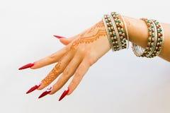 Nails dekorerade med briljant och handen med hennatatueringar Fotografering för Bildbyråer
