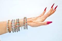 Nails dekorerade med briljant och handen med hennatatueringar Royaltyfri Fotografi
