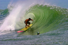 Nainoa Ciotti surfant aux cuvettes en Hawaï Image stock