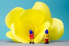 Nains miniatures avec la fleur géante Image libre de droits