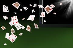 Naipes que vuelan en el ordenador portátil concepto en línea de los juegos de tarjeta Imágenes de archivo libres de regalías