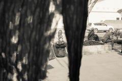 NAIROBI, KENIA - JANUARI 14: Drie niet geïdentificeerde mensen wachten Royalty-vrije Stock Afbeeldingen