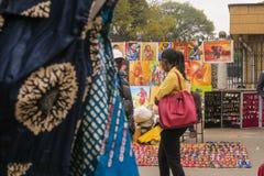 Nairobi Kenya - 5 de setembro de 2017: Vasos, pinturas e objetos do ofício na imagem de stock royalty free
