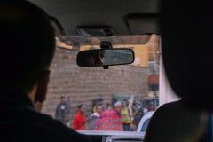 Nairobi Kenya - September 14, 2017: Bilkörning till och med Nairobi arkivfoto