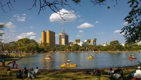 Nairobi-Stadt gesehen von Uhuru Park, Kenia stockbild