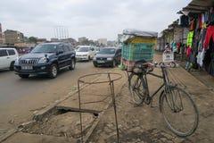 Nairobia Kenja, Wrzesień, - 9, 2017: Jechać na rowerze na rynku w Nairobia w Afryka fotografia stock