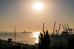 Naissez au-dessus de la mer, matin en mer, mer Le soleil se lève de l'horizon photo libre de droits