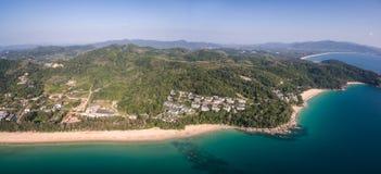 Naithon、Bangtao和香蕉海滩在普吉岛,泰国,高空中寄生虫射击 免版税图库摄影