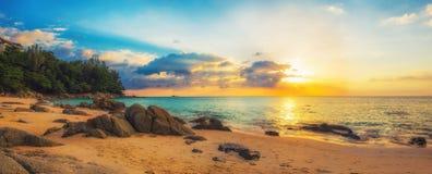 Naithon在日落的海海滩全景  免版税库存照片