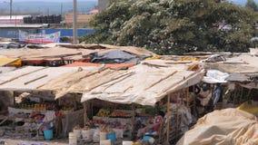 Naivasha, 21 Kenia-Juli, 2017: Afrikaanse Straatmarkt met Groenten en Voedsel stock videobeelden